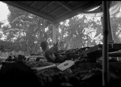 """""""Une unité de soldats du gouvernement se rend aux Khmers rouges et traverse la ville en direction du stade olympique, où des milliers de personnes ont été matraquées à mort."""" The fall of Phnom Penh, Avril 1975 ©Roland Neveu"""