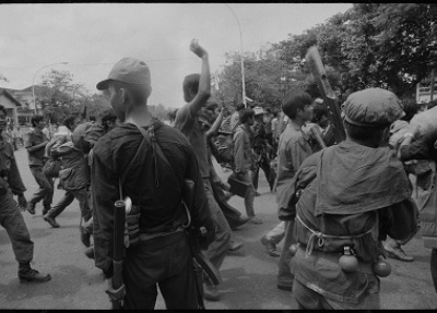 """""""La chute de Phnom Penh. La fameuse porte de l'Ambassade de France. Environ 600 personnes, dont de nombreux Cambodgiens riches et puissants, ont trouvé refuge à l'ambassade de France, ainsi que les étrangers restants, y compris le corps de presse. Les Khmers rouges ont conclu un accord avec l'ambassade selon lequel tous les étrangers seraient transportés en toute sécurité à la frontière thaïlandaise si les Cambodgiens étaient expulsés de l'enceinte sécurisée. On ne connaît aucun survivant cambodgien du comp"""