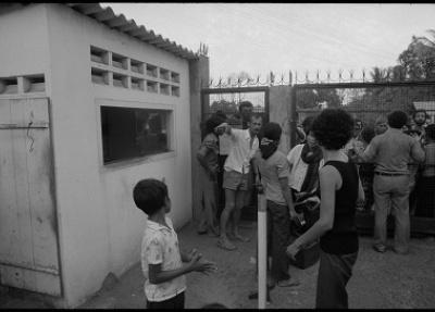 """""""Un soldat du gouvernement tire à la carabine M1 sur les Khmers rouges depuis un abri"""", Kien Svay, Route 1, Août 1973 ©Roland Neveu"""